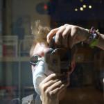 Fotograf bei den Protesten in Istanbul schützt sich vor Tränengas