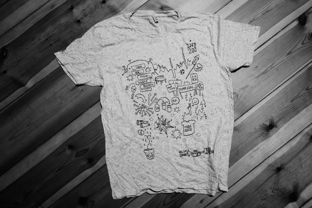 Für unsere Sendungsgäste wurde die Live-Zeichnung direkt vor Ort auf T-Shirts gedruckt.